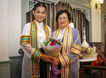 คณบดีวิทยาลัยนานาชาติ ร่วมแสดงความยินดีพร้อมถ่ายรูปกับบัณฑิตใหม่ที่ได้เกียรตินิยมสูงสุด  ในพิธีฝึกซ้อมรับพระราชทานปริญญาบัตร ประจำปีพุทธศักราช 2560
