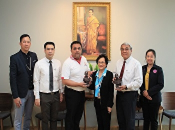 International College Suan Sunandha Rajabhat University Gave a souvenir to Assistant Professor Dr. Komson Somnawat, Vice President for Nakhon Pathom Campus On the occasion of the New Year 2021