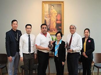 วิทยาลัยนานาชาติ มหาวิทยาลัยราชภัฏสวนสุนันทา ได้เข้ามอบของที่ระลึก แด่ ผู้ช่วยศาสตราจารย์ ดร.คมสัน โสมณวัตร รองอธิการบดีฝ่ายวิทยาเขตนครปฐม ในวาระเทศกาลขึ้นปีใหม่ 2564